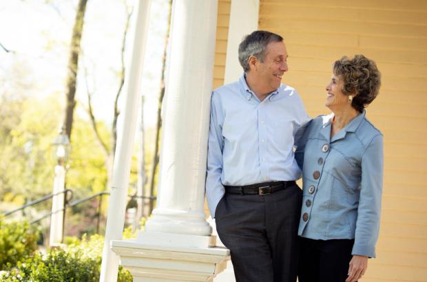 Ông Larry Bacow và vợ, bà Adele sẽ tiếp tục cách ly tại nhà để chữa bệnh.