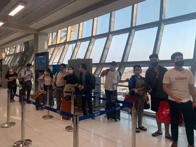 Công dân Việt Nam trước giờ lên máy bay ở sân bay Suvarnabhumi, Thái Lan.