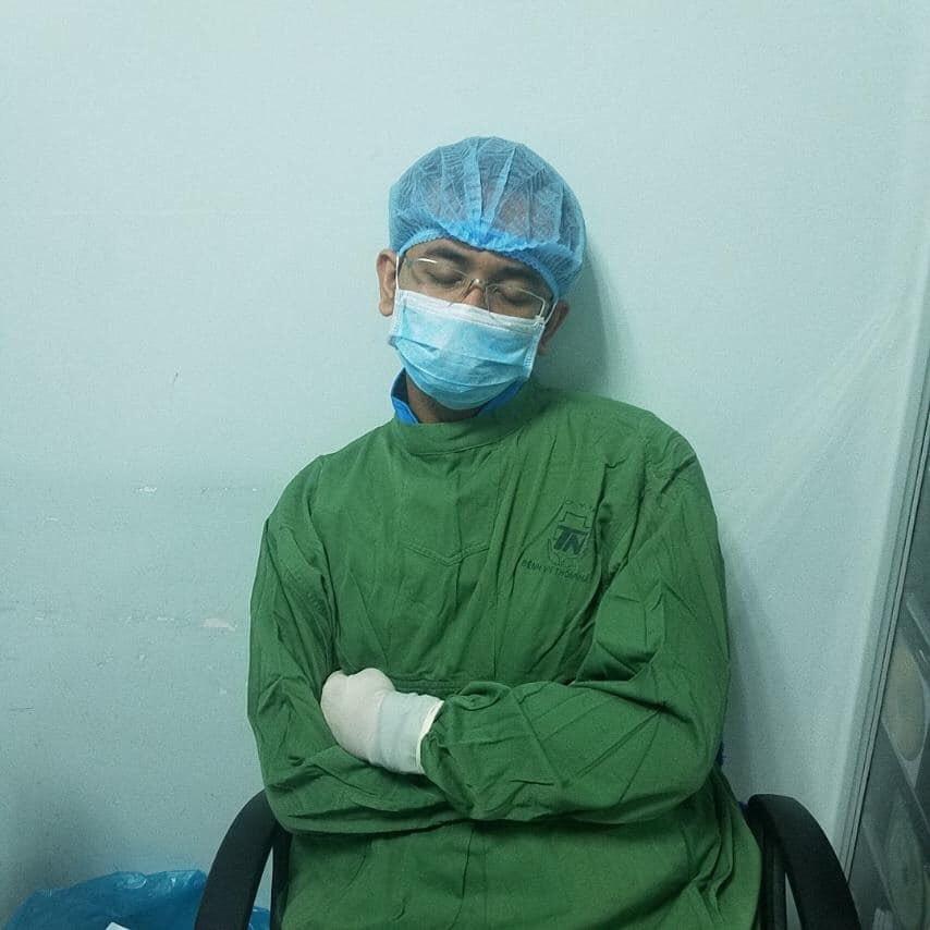 Giấc ngủ mệt nhoài của bác sĩ Hadio Ali trong cuộc chiến chống dịch