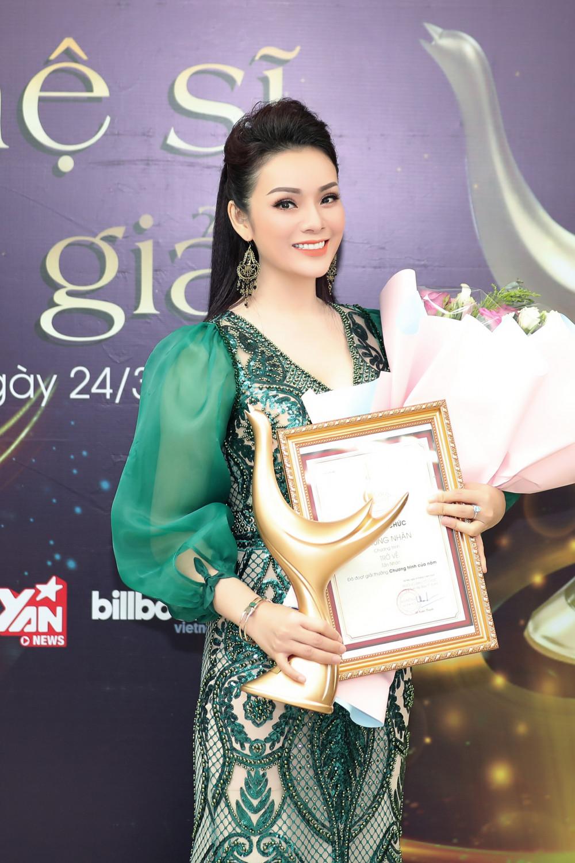 Ca sĩ tân Nhàn bất ngờ vượt qua Hà Anh Tuấn, nhận giải Chương trình của năm.