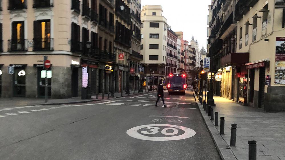 Một con phố vắng lặng tại thủ đô Madrid hôm 24/3.