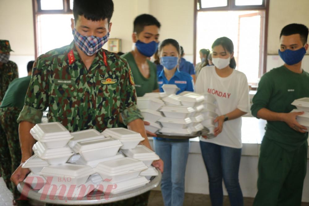Sau khi chỉ huy đơn  vị kiểm tra thức ăn xong được các chiến sĩ đưa đến khi vực dán tem  theo  số thứ tự từng phòng