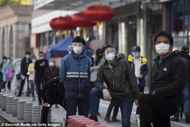 Các bệnh nhân chờ đợi bên ngoài một cơ sở xét nghiệm tại Vũ Hán, Trung Quốc hôm 25/3.