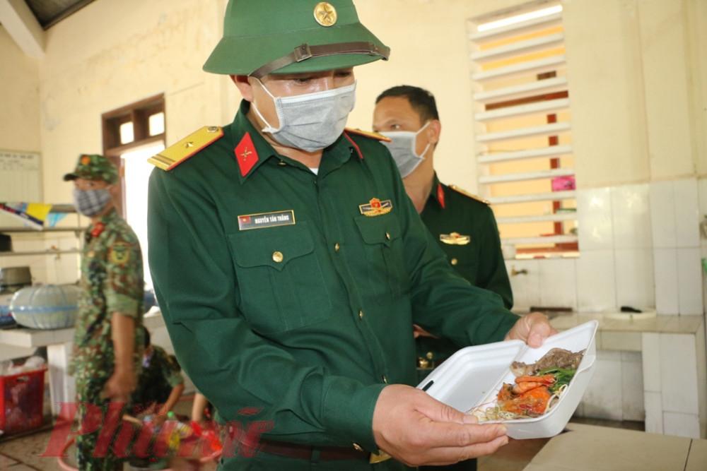 Tất cả thức ăn tại đây đều được chỉ huy đơn vị thực hiện kiểm duyệt nghiêm ngặt, dưới sự giám sát của quân y, nhân viên y tế, đảm bảo đầy đủ chế độ dinh dưỡng.