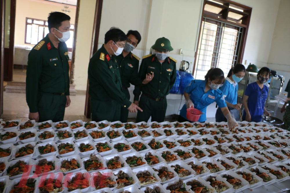 Chuẩn bị khẩu phần cơm phục vụ người dân