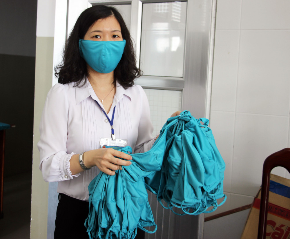 Khẩu trang vải do nhân viên bệnh viện tự cắt may được khử khuẩn mỗi ngày.
