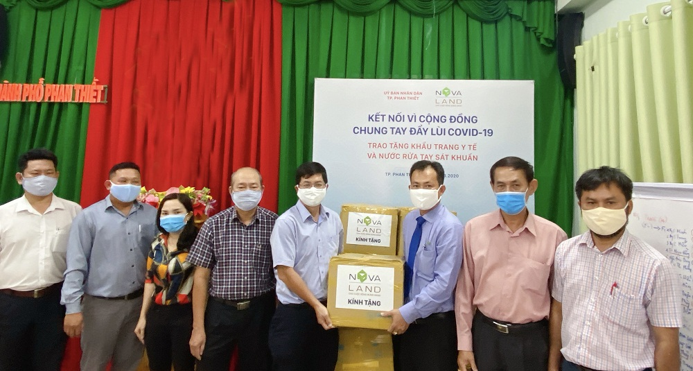 Tập đoàn Novaland đã trao tặng 6.000 khẩu trang y tế và gần 7.000 chai nước rửa tay diệt khuẩn nhằm góp phần giảm thiểu tối đa việc lây nhiễm trong cộng đồng, bảo vệ tốt nhất cho sức khỏe của người dân. Ảnh do Novaland cung cấp