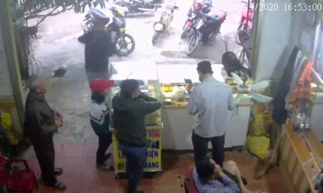 Nguyễn Thị T. (đội mũ đỏ) xuất hiện một cửa hàng điện thoại trước khi mất liên lạc