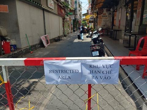 Việt Nam chọn phương án khoanh vùng và cách ly để tránh khả năng dịch bệnh lây lan.