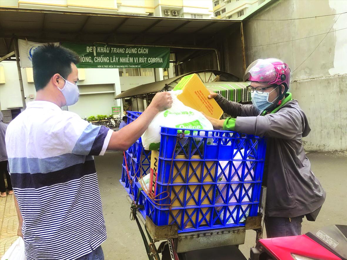 Khi giao hàng tận nhà, tài xế được yêu cầu đứng xa khách hàng và rửa tay thường xuyên