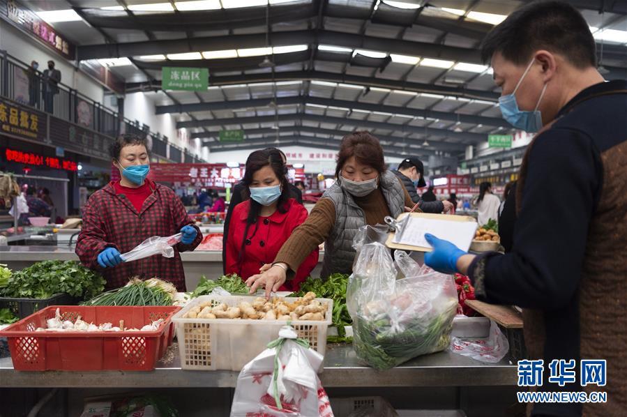 Người dân mua hàng tại các khu chợ.