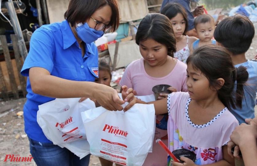Báo Phụ Nữ TPHCM trao quà cho trẻ em, người lao động nghèo ở xóm Chùa (quận 6).