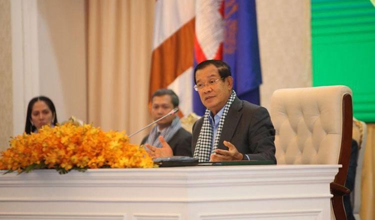 Thủ tướng Hun Sen trong cuộc gặp các nhân viên y tế Campuchia hôm 25/3. Ảnh: Khmer Times