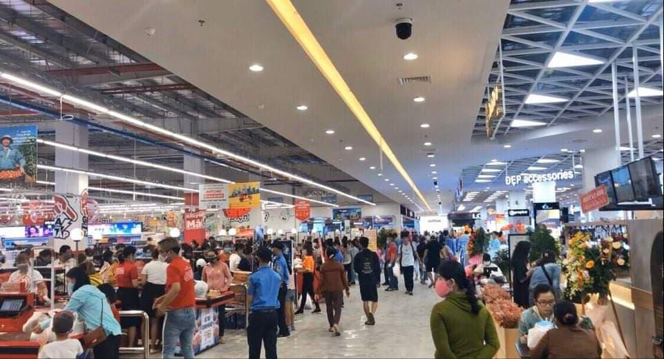 Giữa mùa dịch, siêu thị mở cửa khai trương làm dấy lên lo ngại