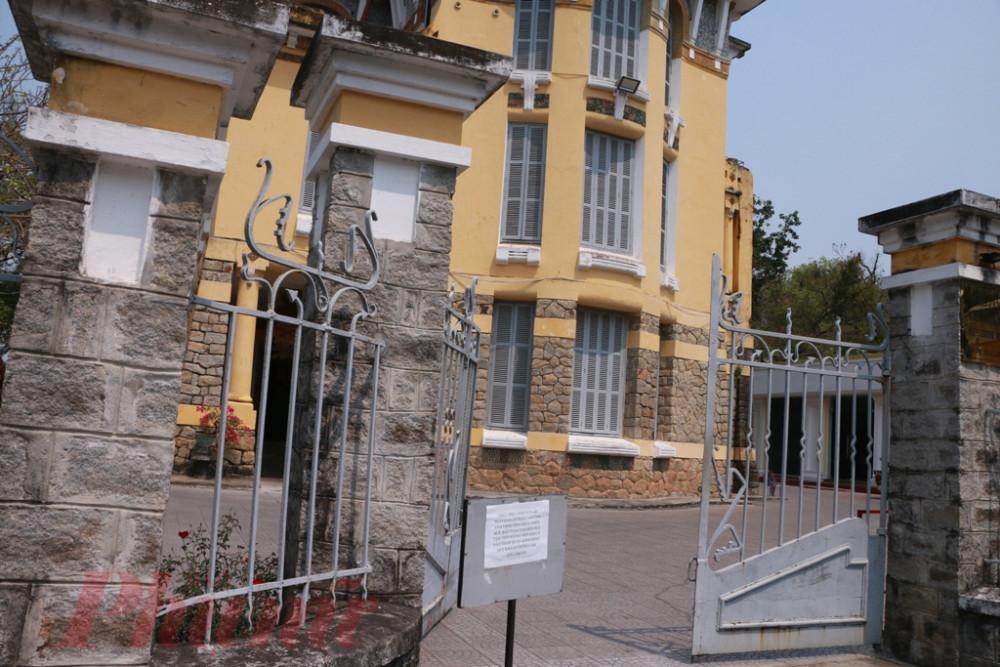 Lối vào quán cà phê ở Bảo tàng văn hóa Huế đã có thông báo đóng cửa