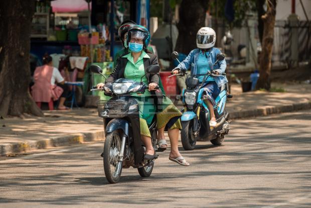 Đeo khẩu trang chống dịch ở Vientaine. Ảnh: Tân Hoa Xã