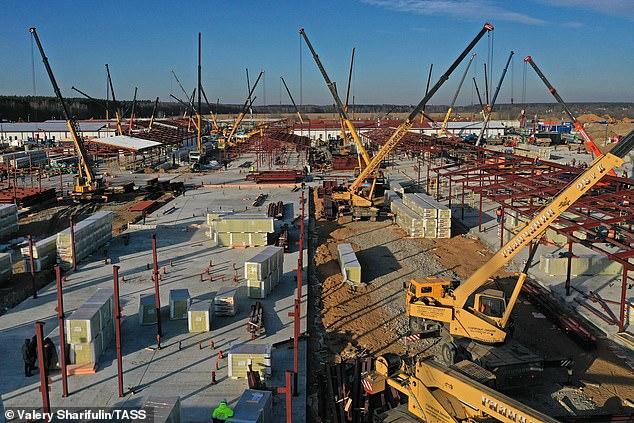 3.000 nhân viên và binh lính đang gấp rút xây dựng 16 bệnh viện. Một nửa sẽ hoàn thành trong tháng 4, và phần còn lại vào giữa tháng 5.