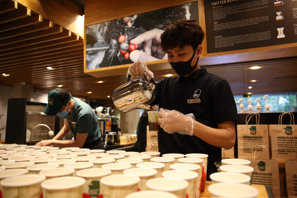 Trong gần 10 ngày qua, cứ đến 8g45 sáng, một chuyến xe chở hàng trăm cốc cafe đến Bệnh viện Bệnh nhiệt đới Trung ương cơ sở 2 (Kim Chung, Đông Anh, Hà Nội)