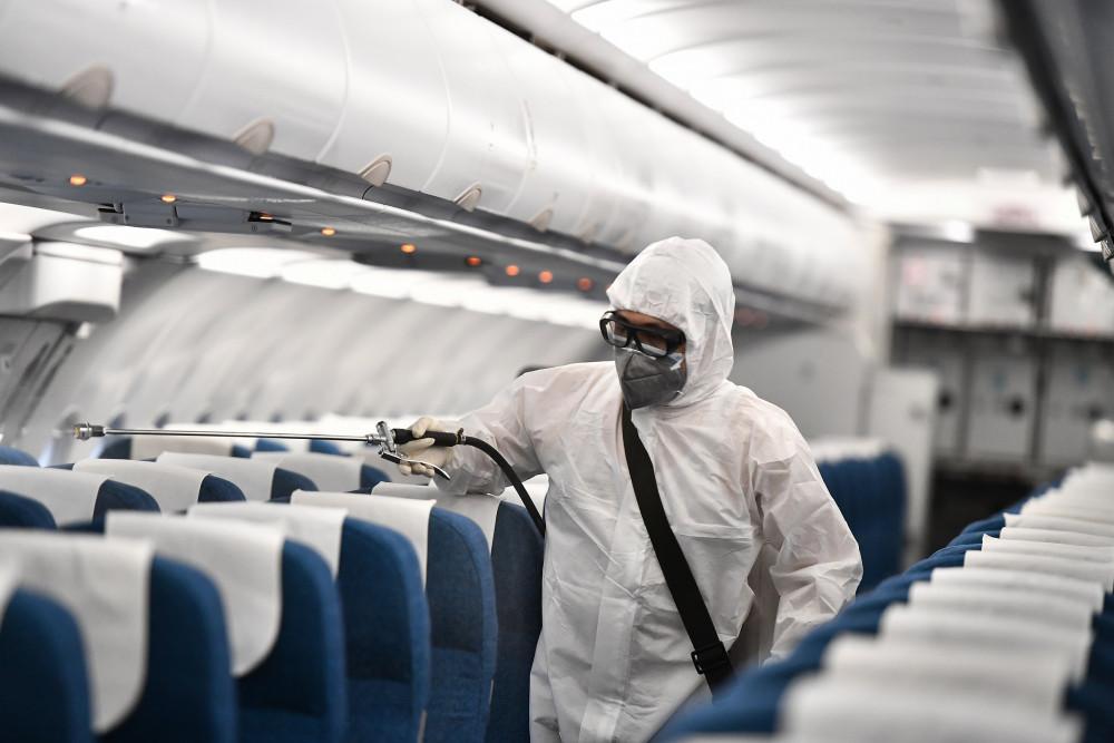 Tiến hành khử khuẩn tàu bay sau khi máy bay hạ cánh.