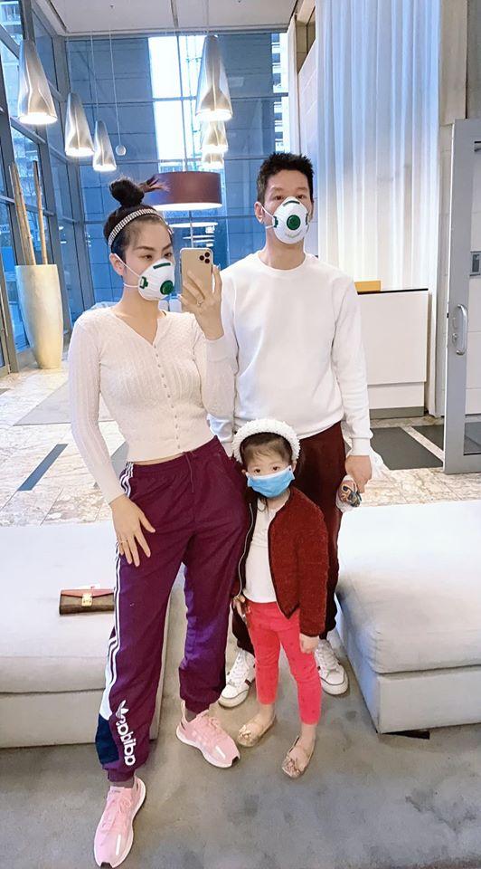 Á hậu Diễm Trang cùng ông xã và con gái đeo khẩu trang cẩn thận khi còn ở lại Ba Lan