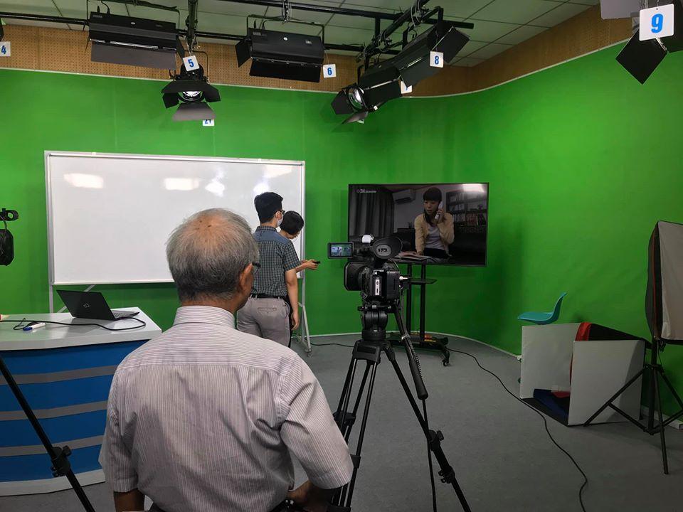 Một buổi ghi hình chuân bị cho việc học trực tuyến của Trường đại học Lạc Hồng