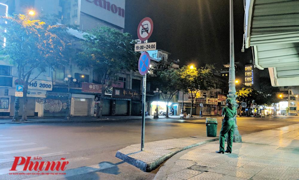 Lực lượng Thanh niên xung phong giữ trật tự cũng không phải làm gì nhiều vì khung cảnh rất vắng vẻ ở chợ đêm Bến Thành tối 26/3/2020