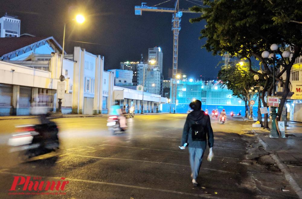 Con đường ngang hông Bến Thành chỉ còn người đi bộ vội vã, chẳng hề có hoạt động nào mua bán ở đây nữa