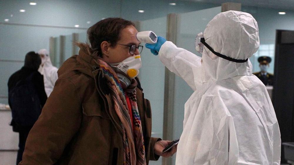 Một hành khách được kiểm tra nhiệt độ trước khi lên máy bay rời Triều Tiên. Ảnh: AP