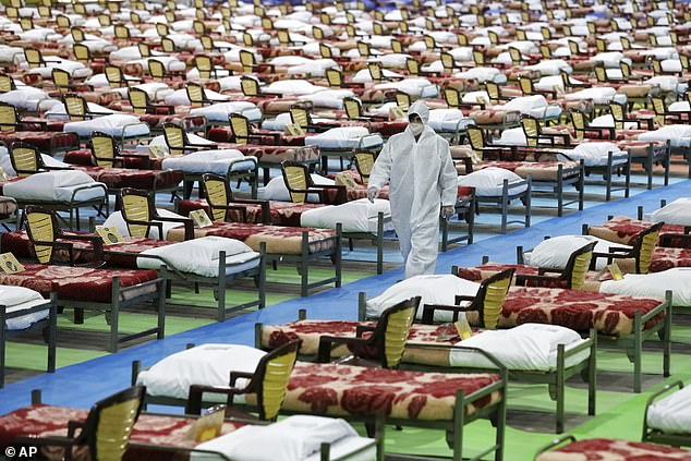 Nhân viên y tế đi giữa những hàng giường bệnh tại một bệnh viện tạm thời ở thủ đô Tehran.