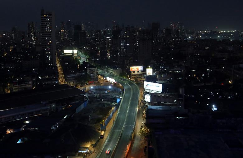 Một con đường lớn ở Mumbai vắng lặng về đêm trong giờ giới nghiêm vào ngày 25/3.