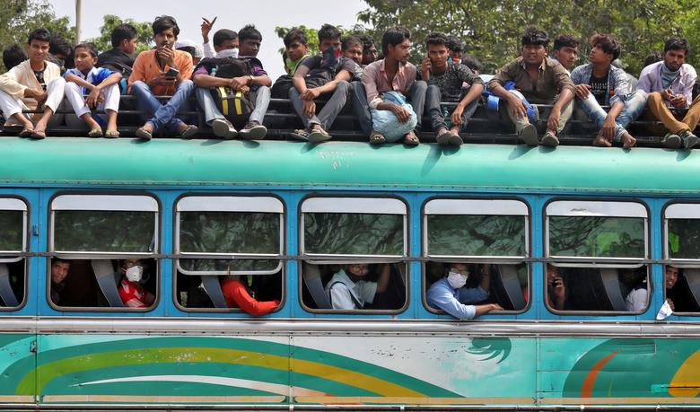 Một đoàn người đông đúc, ngồi lên cả nóc xe để di chuyển về làng quê trước khi lệnh phong toả toàn quốc có hiệu lực vào ngày 23/3 tại Kolkata.