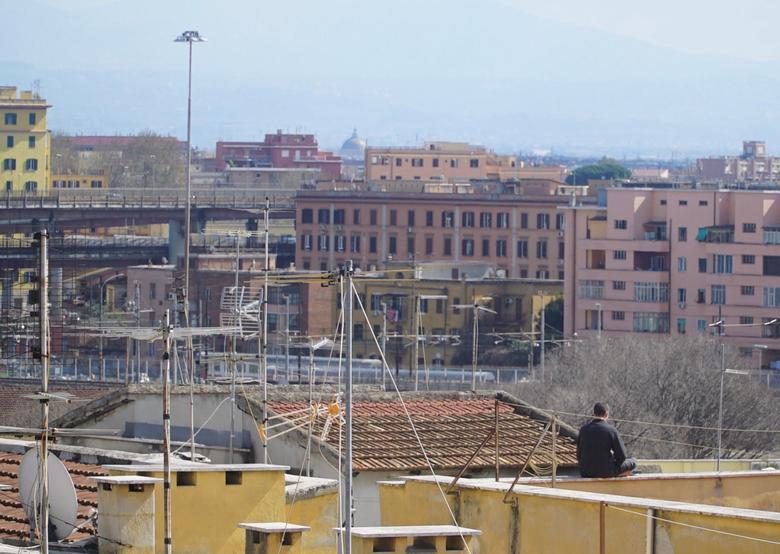 Một người đàn ông ở Rome, Ý trèo lên sân thượng để hít thở bầu không khí vào ngày 15/3, khi quốc gia này đã tiến hành lệnh phong toả toàn quốc. Hiện, Ý có đến 80.589 người nhiễm và đến 8.215 trường hợp tử vong.