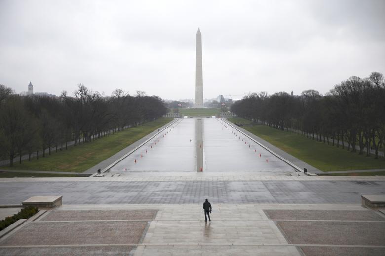 Người đàn ông đơn độc trong khung cảnh vắng lặng ở công viên National Mall ở Washington vào ngày 15/3.