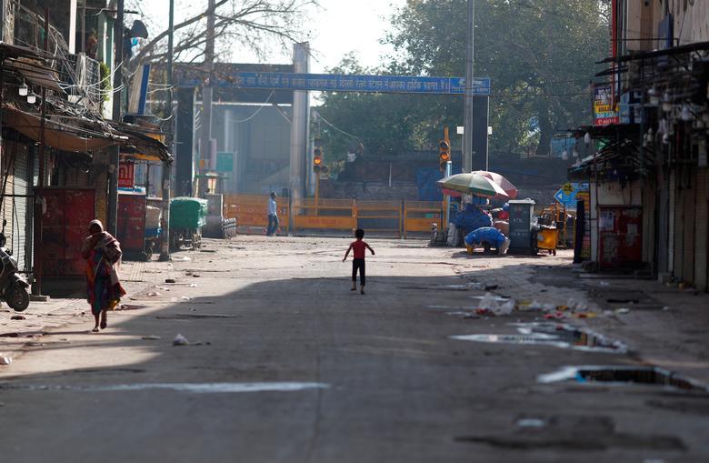 Khung cảnh đìu hiu trên một cung đường ở New Delhi vào ngày 25/3. Chỉ có một vài người địa phương di chuyển qua lại.
