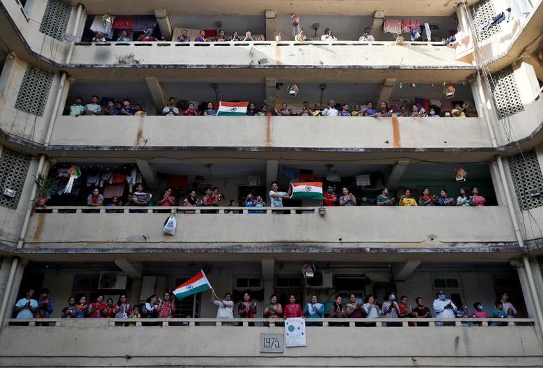 Người dân đứng từ ban công của chung cư để vỗ tay, khua các vật dụng tạo nên âm thanh sôi động để cổ vũ nhân viên y tế trong cuộc chiến với dịch bệnh viêm phổi. Ảnh chụp vào ngày 22/3 tại Mumbai.