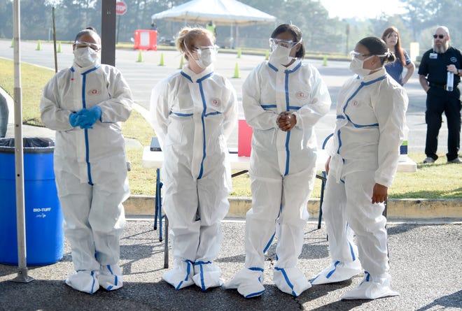 Điều dưỡng viên và nhân viên kỹ thuật chăm sóc bệnh nhân đang chờ các bệnh nhân của mình xét nghiệm virus - Ảnh: USA Today