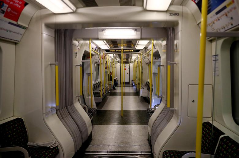 Nếu không nhìn kỹ rất khó nhận ra có một người đàn ông đang ở trên khoang tàu điện ngầm này. Ảnh chụp ngày 19/3 tại London, Anh.
