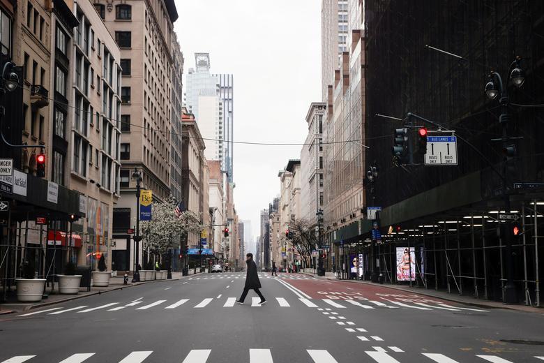 Một người đàn ông di chuyển đơn độc trên đường phố ở Manhattan, New York vào ngày 25/3.
