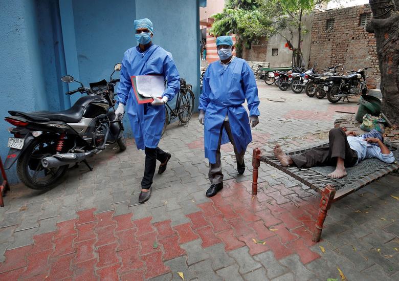 Các cảnh sát mặc đồ bảo hộ đến kiểm tra việc cách ly tại nhà của người dân vào ngày 25/3 tại Ahmedabad.