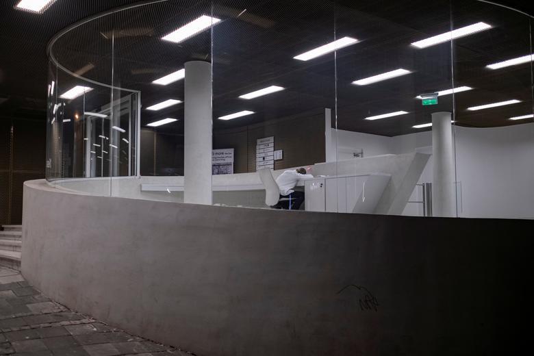 Một nhân viên trong văn phòng vào khung giờ giới nghiêm hôm 23/3 tại Belgrade, Serbia.