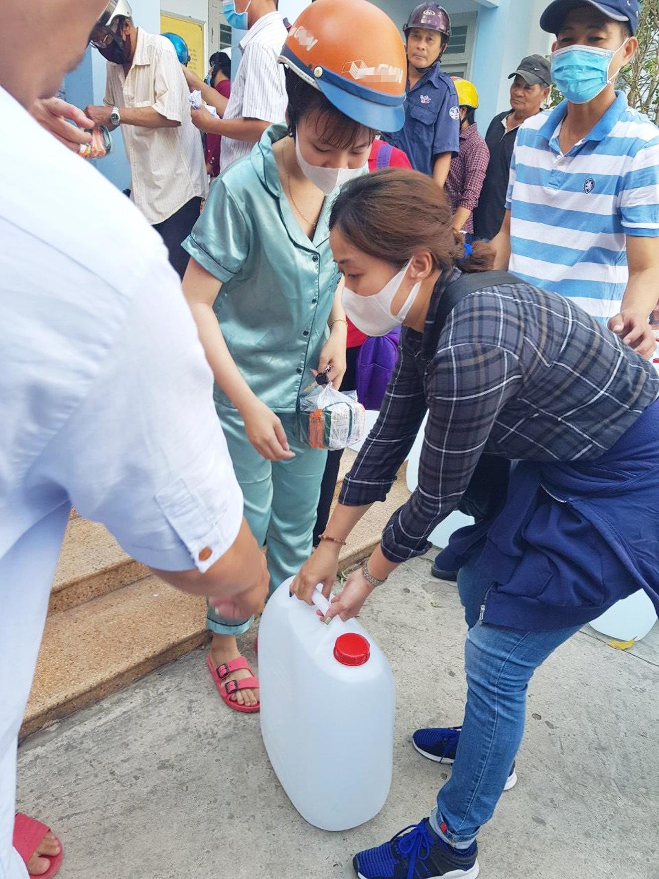 Phụ nữ TP.HCM chở nước cứu viện bà con vùng hạn mặn