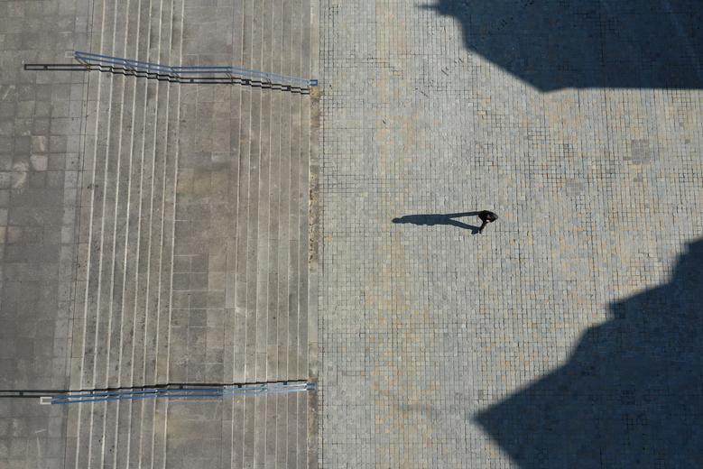 Bóng người nhìn từ trên không trong khuôn viên trước nhà thờ Đức Bà ở Paris vào ngày 24/3.