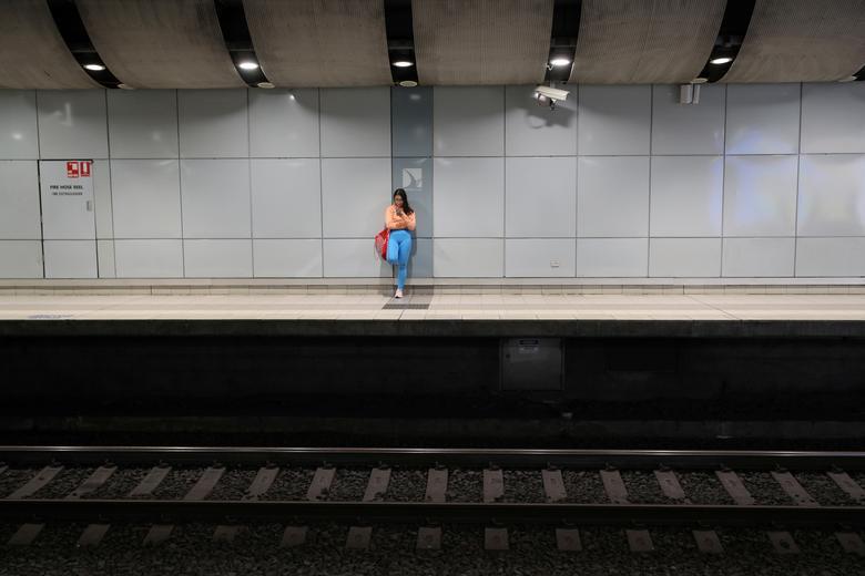 Người phụ nữ đứng một mình ở nhà ga xe lửa tại Sydney, Úc vào tối 24/3. Hôm 19/3, quốc gia này đã cấm nhập cảnh với người không phải công dân Úc để ngăn chặn nguy cơ lây lan dịch từ bên ngoài.