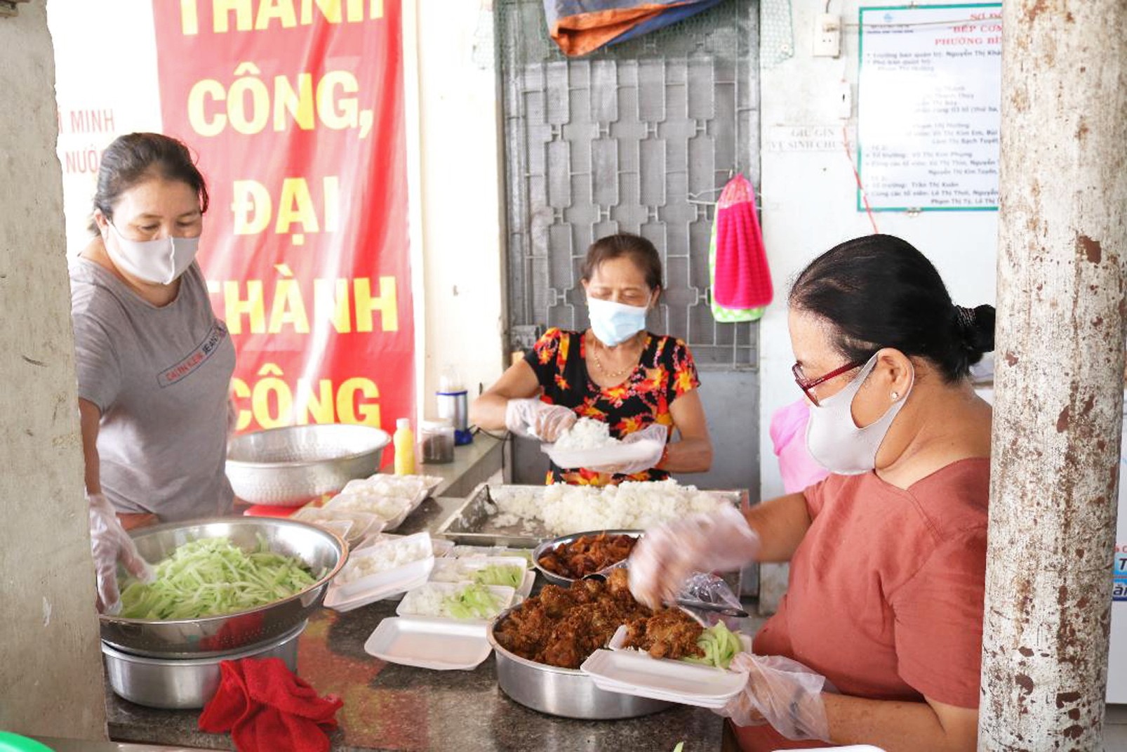 Chị em phụ nữ Q.2 mỗi ngày nấu 170 suất cơm phục vụ 5 chốt trực ở các khu vực bị phong tỏa