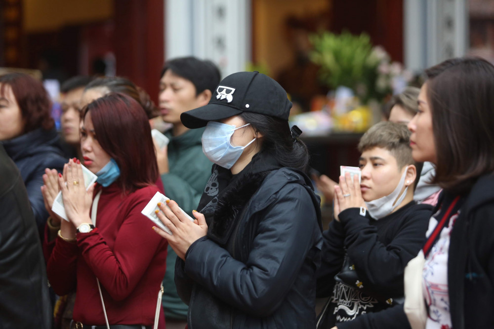 Phần lớn người dân vào lễ không đeo khẩu trang hoặc sử dụng khẩu trang không đúng cách.