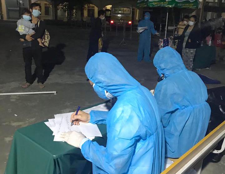 Lực lượng chức năng xuyên đêm đón người dân vào các khu cách ly tập trung