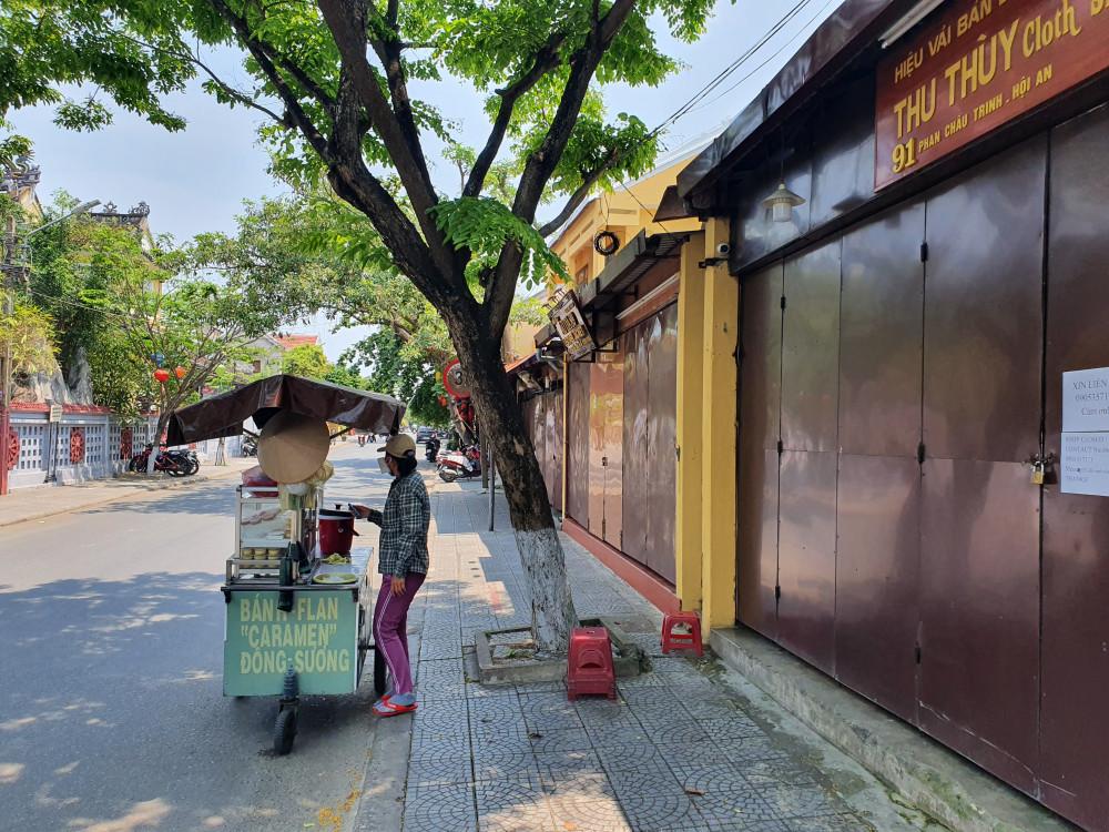Phố cổ Hội An vắng tanh do hàng quán đóng cửa và du khách ngừng tham quan