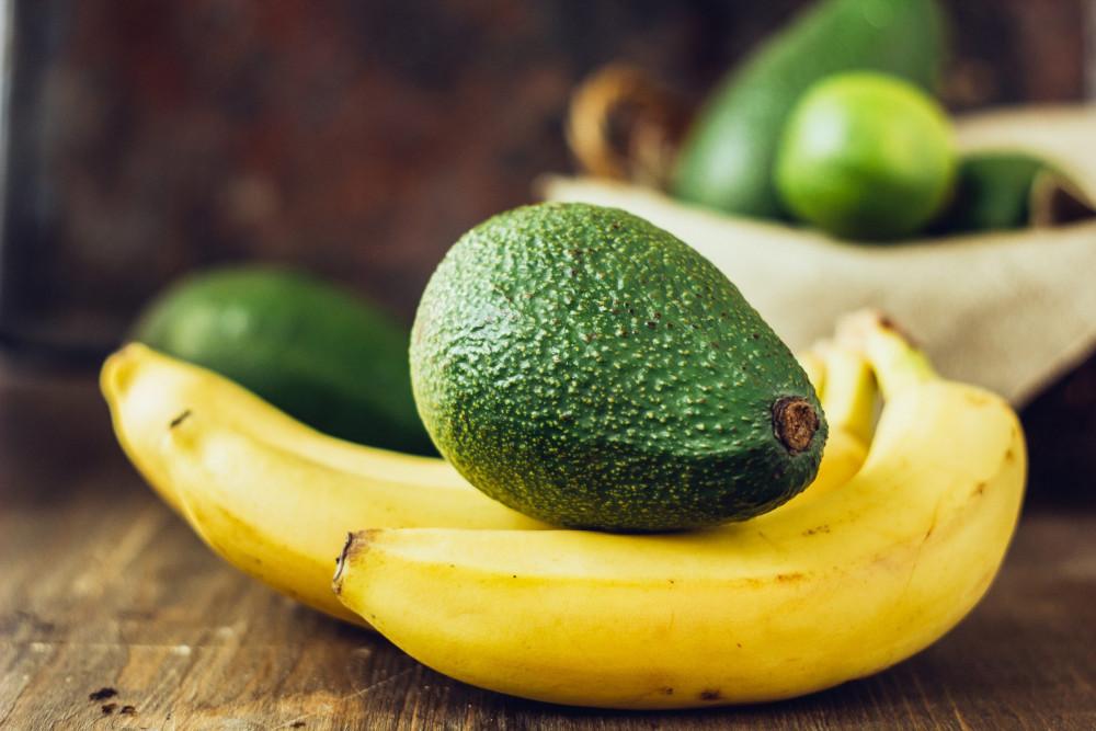 Mặt nạ dành cho da khô  Vitamin A (từ chuối) và E (từ quả bơ) giúp hồi sinh làn da khô nẻ, trong khi mật ong, dầu ô liu và sữa chua sẽ giúp làm dịu, nuôi dưỡng da.