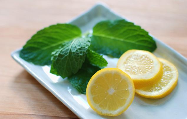 Mặt nạ dành cho da dầu  Bạc hà chứa axit salicylic làm sạch lỗ chân lông, trong khi vitamin C và axit citric trong trái cây giúp làm sáng và tẩy tế bào chết cho da. Bạn nên chú ý: Đừng để hỗn hợp này lâu trên da nếu bạn cảm thấy ngứa mà hãy rửa sạch chúng. Cam quýt tươi có thể gây dị ứng da, vì vậy hãy thử kiểm tra mặt nạ này trước khi bôi lên mặt.