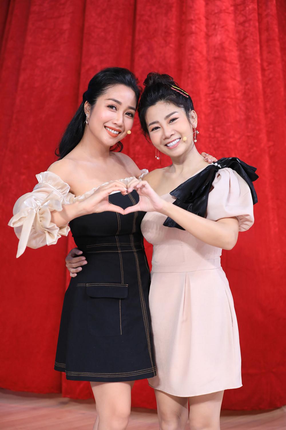 Diễn viên Mai Phương bên cạnh Ốc Thanh Vân khi quay gameshow trong thời gian điều trị bệnh.